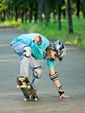 少年女孩的滑板 免版税库存图片