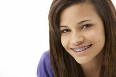 少年女孩纵向微笑的工作室 免版税库存照片