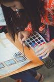 少年女孩绘与水彩的一幅画 库存图片