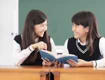 少年学习在教室的女学生 库存照片