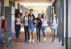 少年学校在高中走廊哄骗赛跑 库存照片