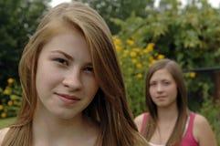 少年庭院的女孩 免版税库存照片