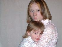 少年母亲的姐妹 免版税图库摄影
