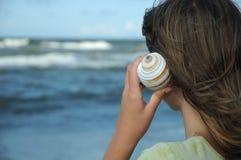 少年海滩的女孩 库存照片