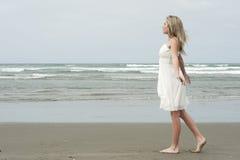 少年海滩美丽的白肤金发的女孩 库存照片