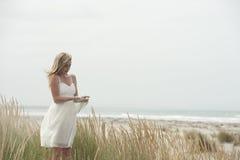 少年海滩美丽的白肤金发的女孩 免版税库存照片