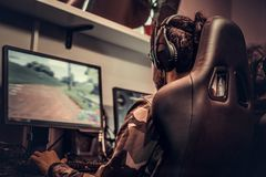 少年游戏玩家队在个人计算机的一个多功能单放机的电子游戏打在赌博俱乐部 库存图片