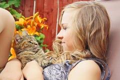 少年猫的女孩 免版税库存图片
