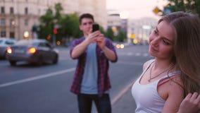 少年生活方式翻板妇女街道photoshoot 股票录像