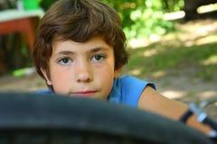 少年男孩修理自行车轮胎 免版税图库摄影