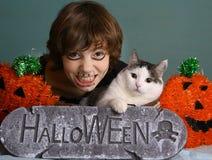 少年男孩孩子万圣夜组成和与猫的装饰 免版税图库摄影