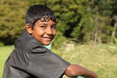少年男孩明亮的乡下微笑的阳光 免版税库存图片