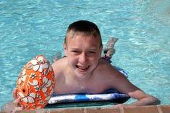少年男孩的游泳 免版税图库摄影