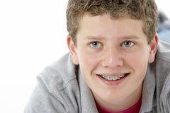 少年男孩纵向微笑的工作室 库存照片