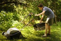 少年男孩mooving的草坪 图库摄影