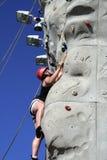 少年登山人的岩石 库存图片