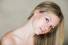 少年白肤金发的女孩 免版税库存图片