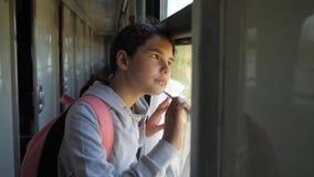 少年的女孩是旅行乘火车的背包徒步旅行者 旅行运输铁路概念 的旅游学校女孩 影视素材