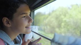 少年的女孩是旅行乘火车的背包徒步旅行者 生活方式旅行运输铁路概念 旅游学校 股票视频