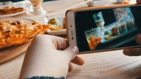 少年的手做照片食物在智能手机 一套从日本烹调的在的寿司卷和薄饼 股票视频
