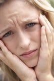 少年皱眉的女孩的纵向 免版税库存照片