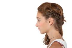 少年结辨的女孩的头发 免版税库存图片