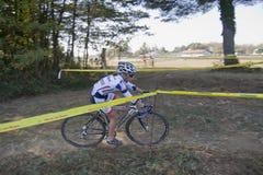少年骑自行车者的女孩 免版税库存照片