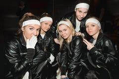 少年黑色迷人的衣裳女孩的小组 免版税库存照片