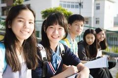少年StudentsÂ研究在学校 库存图片