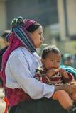 少数族裔在老东范market照顾和儿子, 库存照片