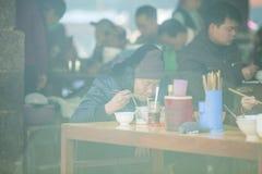 少数族裔妇女在餐馆在老东范market 免版税图库摄影