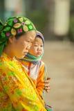 少数族裔孩子和母亲 库存照片