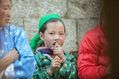 少数族裔孩子在老东范market吃着甘蔗, 库存照片