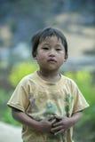 少数族裔男孩是义务在肺凸轮村庄 免版税库存照片