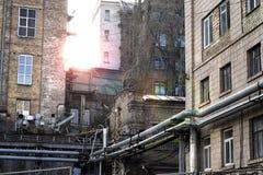 少数民族居住区,城市贫民窟在日落的工业区在春天 图库摄影