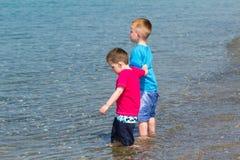 少许享受他的节假日的男孩 免版税库存照片