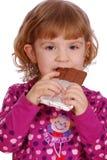 少许吃女孩的巧克力 免版税库存图片