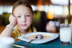 少许吃女孩的早餐 免版税图库摄影