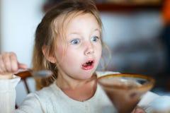 少许吃女孩的点心 免版税库存照片