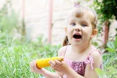 少许吃女孩的玉米 图库摄影