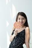 少许吃女孩的糖果 免版税库存照片