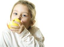 少许吃女孩的苹果 免版税图库摄影