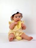 少许吃蛋女孩的复活节 免版税库存图片