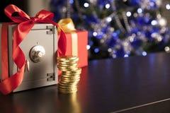 少许安全与红色丝带和金黄硬币 免版税库存图片