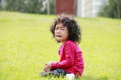 少许室外哭泣的女孩 免版税库存图片