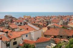 少许屋顶海运冠上城镇 库存照片