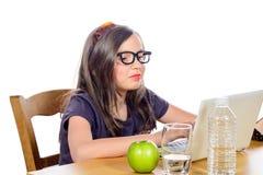 少许执行女孩她的家庭作业 免版税库存照片