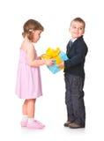 少许把男孩礼品女朋友产生她装箱 库存图片
