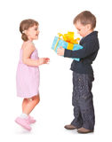 少许把男孩礼品女朋友产生她装箱 免版税库存图片