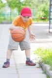 少许滴下篮球的男孩 免版税图库摄影
